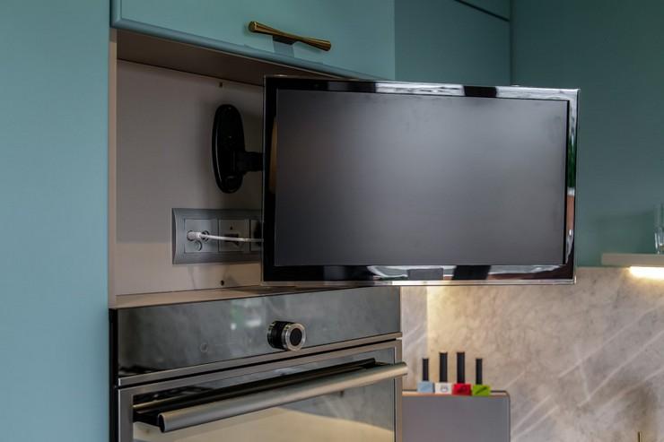 вариант крепления телевизора на кухне